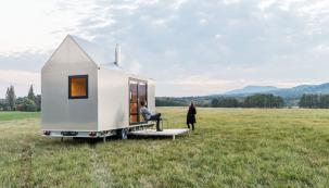 Mobile Hut, domek v hliníkovém designu, který zároveň ctí základní archetypální tvar českého domu se sedlovou střechou, má kola a byl homologován jako přípojné vozidlo – má svůj technický průkaz i SPZ a postavit ho, přesněji zaparkovat ho můžete se souhlasem majitele pozemku v podstatě kdekoli, kam s ním dojedete. Je totiž nezávislý a energeticky soběstačný. Pro čtyři lidi až na dva týdny. (Zdroj: Mobile Hut)