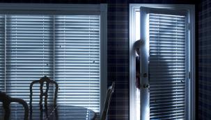 Zloději se nezaleknou téměř ničeho. V pokusu o vloupání jim nezabrání ani fakt, že jste doma a spíte. Ročně se počet nočních krádeží pohybuje kolem několika stovek. Jak se chránit a užít si klidný spánek bez strachu ze zlodějů? (Zdroj: HT Dveře)