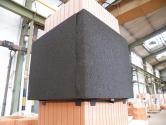 Parotěsný prostup pro cihelné komíny je určen k bezpečnému napojení parozábrany na komínové těleso. (Zdroj: HELUZ)