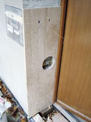 Ostění vstupu je již zčásti obloženo kamenem. Vkamenné desce jsou vyvrtány otvory pro umístění tlačítek zvonků, pro přístup khlavnímu uzávěru plynu.