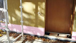 Napojování jednotlivých vrstev tepelné izolace. Ivenkovní schod je tepelně oddělen – byla zde vynechána kapsa pro izolant.