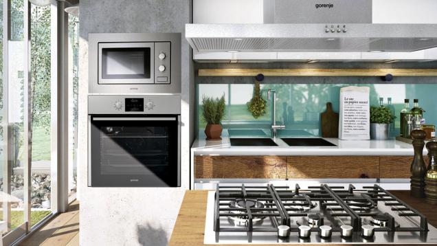 Správné ergonomické umístění vkuchyňské lince je důležité zejména u pečicí trouby. Její dno by mělo být ideálně vevýšce 90cm, maximálně 115cm nad úrovní podlahy (GORENJE)