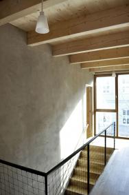 Naschodišťové stěně je ponechaná hliněná omítka vesvé původní barevnosti aspatinou hrubého vyhlazení. Dřevěný trámový strop spalubkovým podbitím je ponechán bez povrchové úpravy přirozenému zabarvování oxidací.