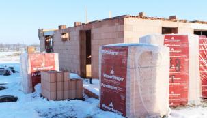 Za poslední roky mnoho stavebníků v průběhu sezóny narazilo na nedostatek stavebního materiálu na trhu. Výrobci navýšili produkci stavebních materiálů, avšak růst poptávky je natolik vysoký, že se stále tyto problémy mohou opakovat. Pokud se chystáte stavět či rekonstruovat své bydlení, je na čase objednat materiál již nyní! (Zdroj: Wienerberger)