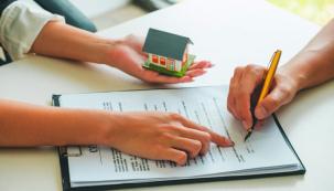 Dle aktuální právní úpravy se stal katastr jediným důkazem vlastnictví domu, bytu či pozemku. Ztoho vyplývá, že onemovitost lze přijít pouhou změnou vzápisu vkatastru, ato naprosto nepozorovaně, bez vědomí vlastníka. Právní úprava totiž počítá stím, že každý vlastník by měl vevlastním zájmu sledovat údaje zapsané vkatastru nemovitostí, apokud objeví chybu, musí ji neprodleně hlásit.