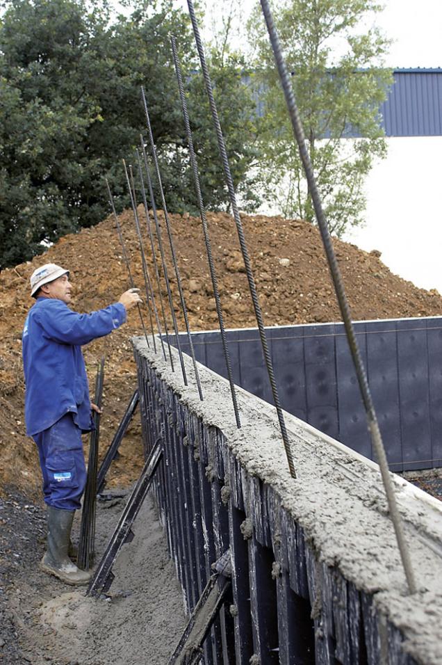 5. Je důležité, aby se beton bezpečně dostal do všech koutů formy. Aby se zabránilo vzniku vzduchových kapes, pracovník uvolňuje příslušné partie vytažením roxorových prutů.