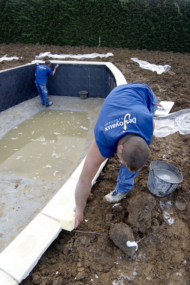 7.Pracovníci realizační firmy pečlivě očišťují finální vrchní okraj bazénu.