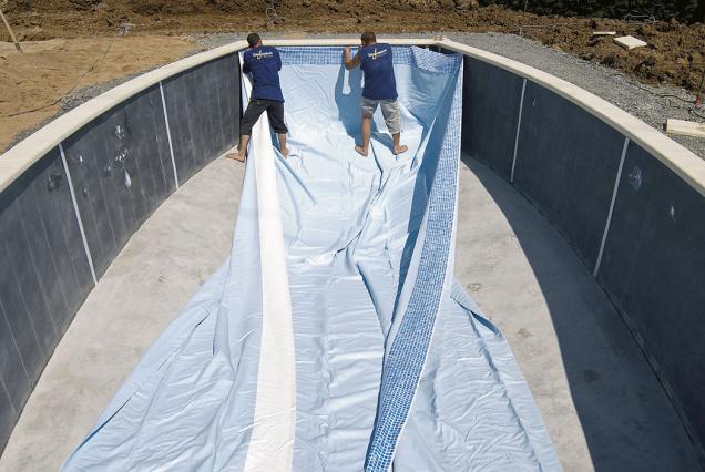 8.Po vyzrání akontrole betonu je možné přistoupit knatažení bazénové fólie. Fólie se uchytí nejprve vhorních partiích bazénu, pod vnitřním okrajem bazénu.