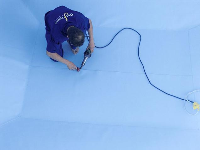 9.Jednotlivé části bazénové fólie se tepelně spojují pomocí elektrické svařovací pistole. Důležité je, aby byla ve výsledku fólie dokonale napnutá arovná.