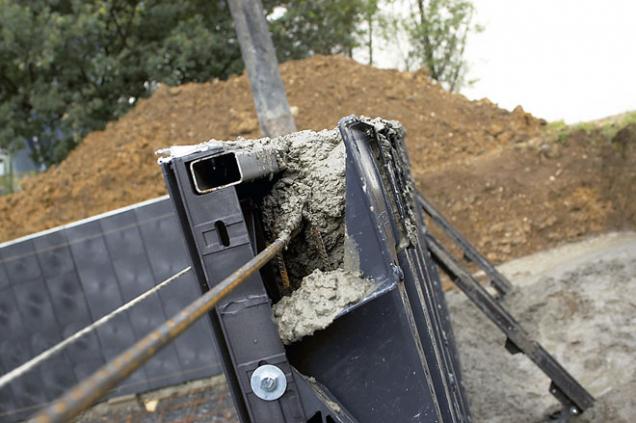 3.Detail zámku dílce čelní stěny, správnou polohu pomáhají fixovat armovací dráty.
