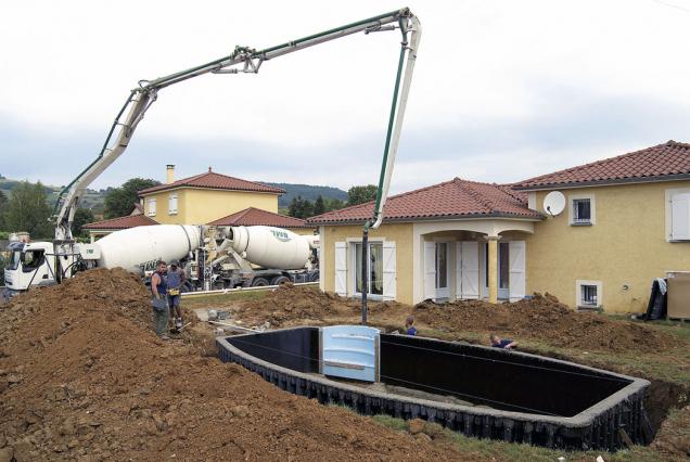 4.Pomocí mixu sbetonem ačerpadla se napustí stěny betonovou kaší.