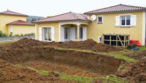 Mnozí majitelé rodinných domů touží po vlastním bazénu, ale nejsou si zcela jisti, co všechno stavba bazénu obnáší. Na krátkém pracovním postupu vám ukážeme všechny důležité fáze výstavby zapuštěného bazénu od firmy Desjoyaux.