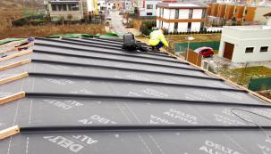 DELTA-ALPINA, fólie s nejvyšší třídou těsnosti, vhodná pro skládané betonové nebo pálené krytiny, umožňuje bezpečnou pokládku od sklonu střechy 10° (Zdroj: Dörken)