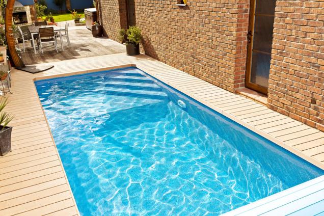 Design-kompozitní bazény Métropole mají integrovaná schodiště, jejichž tvar a umístění si lze zvolit podle své libosti. Tyto bazény, tedy i model Cannes na snímku, se dají skvěle umísit také v interiéru. (Zdroj: Mountfield)