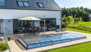 Extra ploché zastřešení bazénu Astra s maximálním důrazem na design pro ty, kdo dávají přednost dokonalému sladění zastřešeného bazénu s jejich vyladěnou zahradou. (Zdroj: Mountfield)