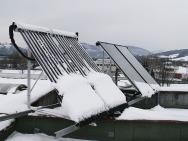 Při správné instalaci se sníh na ploše kolektoru dlouho neudrží, sklouzne dolů a kolektory spolehlivě fungují  i v zimě.