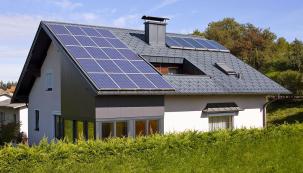 """Střešní plášť mnoha rodinných domů už dnes """"zdobí"""" fototermické, ale ifotovoltaické panely, které přispívají kpříznivé energetické bilanci domácnosti."""