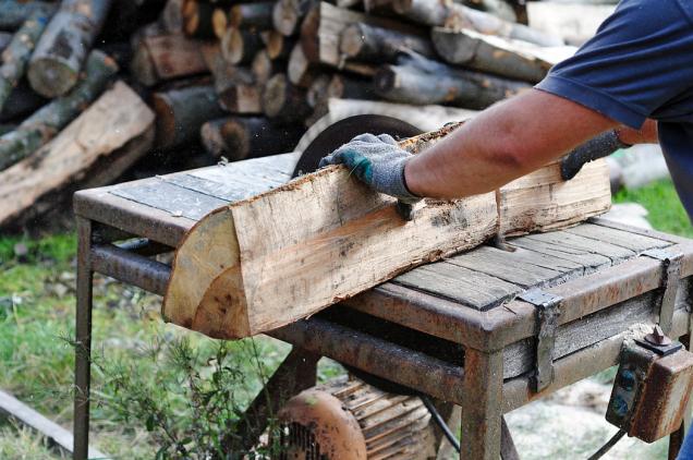 Vytápění kusovým dřevem se neobejde bez práce. Je výhodné zejména tam, kde je dostupný levný zdroj paliva a místo na jeho zpracování a skladování.
