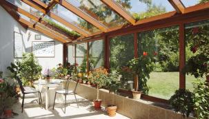 Zimní zahrada, která kombinuje oba dva přístupy – zahradu pro pěstování rostlin azahradu obytnou. Není vůbec nutné budovat obří oranžerii, ale idvacet květináčů splní svůj účel (DAFE-PLAST)
