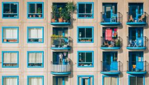 Plánujete koupi bytu a přemýšlíte, v čem že to vlastně spočívá družstevní bydlení a jak se liší od vlastnického? Vyplatí se investovat do družstevního a jak je to s hypotékou? Pro družstevní vlastnictví existuje spoustu pravidel vůči družstvu, ale také výhody, jako jsou například neplacení daní. (Zdroj: Reality Samoobsluha)