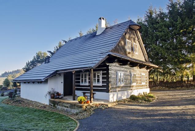 """Melánka byla postavena na zahradě manželů Štenglových jako přesná imitace zdejších historických stavení. Na výstavbu dohlížel historik Luděk Štěpán, zakladatel skanzenu """"Veselý Kopec""""."""