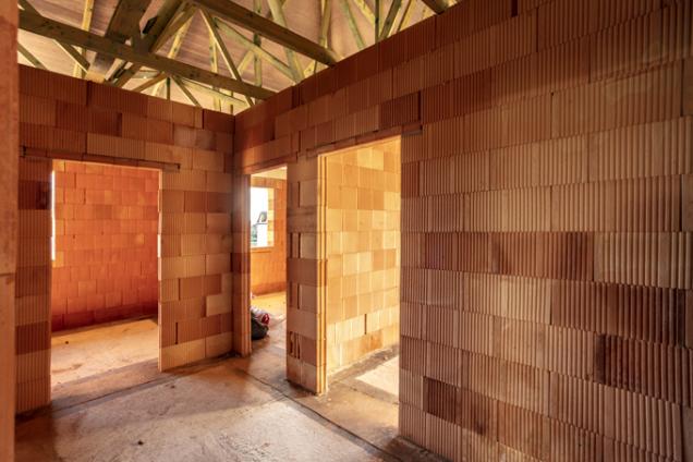 Kvýhodám keramických bloků POROTHERM patří rychlost zdění. Jednovrstvé cihlové zdivo představuje ekologicky čisté atechnologicky správné řešení obvodových ivnitřních stěn rodinných domů (WIENERBERGER)