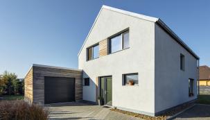 Nízkoenergetický rodinný dům vBerouně, postavený zkomplexního stavebního systému HELUZ (pod omítkou idřevěným obkladem se skrývá jednovrstvé zdivo zbloků Heluz Family 50 broušená)
