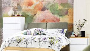 Citlivě vybraný květinový dekor vnese do neutrálního interiéru svěžest a vůni léta. Tapetu My Dream (na čelní stěně) navrhla Iva Bastlová pro Vavex.