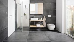 Ideální příklad druhé koupelny v domě. Umyvadla a WC série Jika Cubito zaberou málo místa, naproti můžete umístit např. pračku, radiátor a skříňky, vpravo francouzské okno na zahradu.