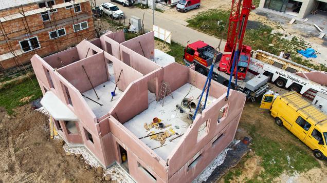 Dům jedním tahem, tj. přírodní materiál LIAPOR (velkoplošné dílce zLiaporBetonu) spromyšleným stavebnicovým systémem.