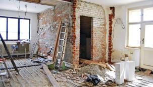 Nemá smysl pouštět se do rekonstrukce při závažnějších poruchách základů anosných zdí, pokud nejde oskutečně historicky cennou stavbu či památku. Prokáže-li stavební průzkum dostatečnou únosnost, stabilitu abezpečnost nosných zdí, měla by se rekonstrukce či přestavba zaměřit nejprve na opatření, která odstraní příčiny poruch azabrání dalšímu chátrání objektu.
