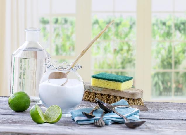 Jedlá soda má spoustu využití. Zkuste její pomocí spolu scitronem, limetkou či octem vyčistit zaschlou špínu zpovrchů.