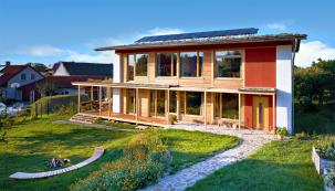 Vsoutěži onejlepší ekologické projekty E.ON Energy Globe zvítězil vloňském roce pasivní dům postavený ze slámy, hlíny adřeva. Nachází se vDobřejovicích uPrahy aJan Chvátal jej budoval zcela sám tři roky.