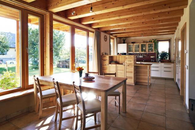Interiér dokazuje, jak může být slaměný dům zhlediska provozu moderní. Uvnitř působí útulně aharmonicky, neboť materiály, jež známe po staletí alidský organismus se na ně již dokonale adaptoval (dřevo, kámen, hlína, sláma), jsou prostě vždy blahodárné.