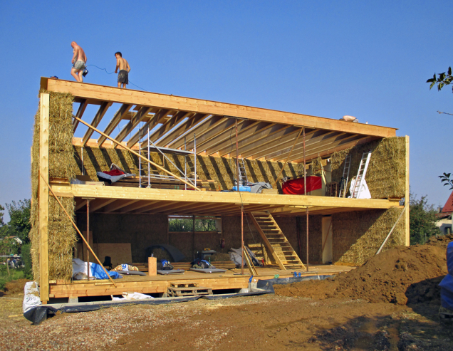 Na stavbu domu se sláma musí začít připravovat sdostatečným předstihem.  Vhodná je obyčejná pšeničná sláma, ale musí být vysoce kvalitní, suchá, bez plísní ataké přiměřeně dlouhá.