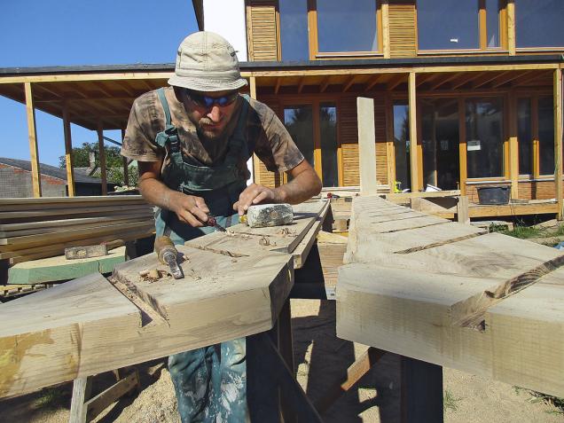 Stavba klade vysoké nároky na konstrukční řešení detailů, proto je důležitá technologická kázeň, pečlivá příprava azaškolení řemeslníků.