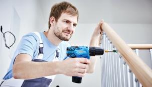 Elektrický šroubovák si můžete pořídit buď jako samostatný nástroj, nebo jako vrtačku sfunkcí šroubování. Největší rozdíl mezi těmito dvěma skupinami nástrojů spočívá vtvrdosti materiálu, do kterého můžete vrtat. Ielektrickým šroubovákem lze vrtat do měkčích materiálů.