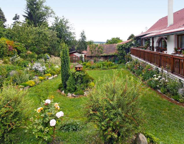 """Jmenuje se """"NaPřehájku"""" aobdivují ji nejenom návštěvníci akce Víkend otevřených zahrad, ale také všichni kolemjdoucí. Přírodní zahrada ulesa vmalé obci Všemyslice uTýna nad Vltavou je prostě nádherná."""