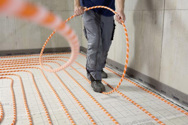 S cílem maximálně urychlit a zjednodušit pokládku podlahového vytápění vyvinula společnost REHAU systém RAUTHERM SPEED. Kouzlo systému spočívá ve speciální oranžové topné trubce, která byla navržena s cílem optimálně ulehčit řemeslníkům práci. RAUTHERM SPEED K totiž vyniká o 30 % větší pružností v ohybu, což významně urychluje montáž a šetří čas investorovi i prováděcí firmě. (Zdroj: Rehau)