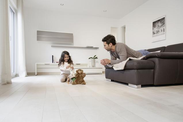 Plošné podlahové vytápění, případně i chlazení je mimořádně efektivní a ekonomický způsob, jak doma udržovat příjemnou tepelnou pohodu, a přitom se nebát vysokých doplatků za energie. (Zdroj: Rehau)