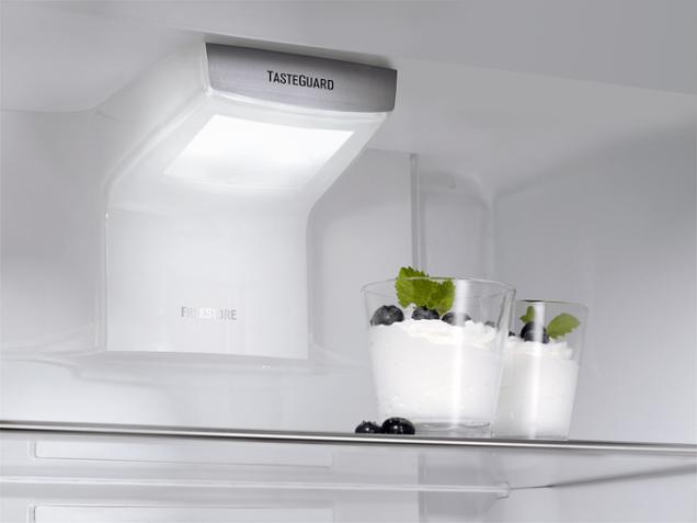 Vnitřek volně stojící kombinované chladničky Electrolux EN3889MFX. Spotřebič je vybaven beznámrazovou technologií TwinTech s funkcí MultiFlow pro optimální vlhkost (ELECTROLUX)