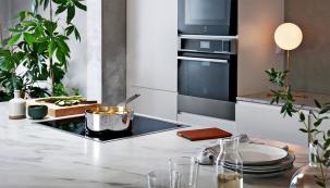 Chytré indukční varné desky automaticky regulují teplotu při vaření ismažení, aby nedošlo kpřetečení hrnce nebo kpřepalování omastku (ELECTROLUX)