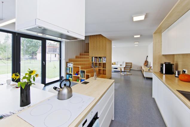 Kuchyňská linka s varným ostrůvkem, přímo propojeným sjídelním stolem – toto řešení patří knejpraktičtějším a prostorově nejúspornějším.