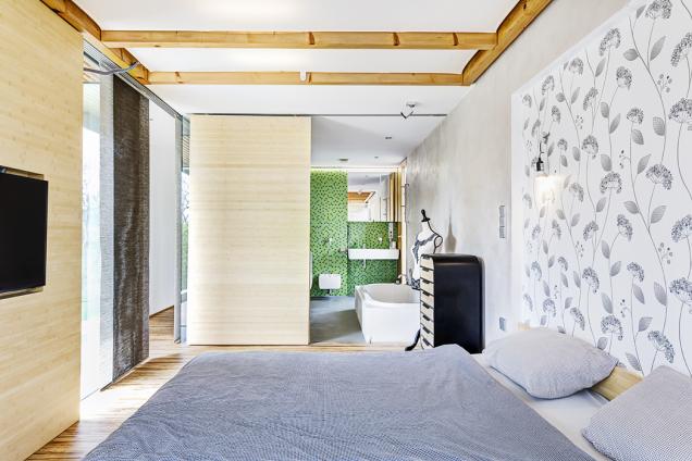 Koupelna oddělená odložnice posuvnou stěnou patří kideálním řešením. Může tam světlo, ale lze se tam izavřít.