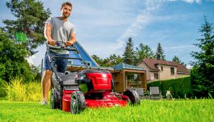 O skvělém vzhledu trávníku rozhoduje jeho kvalitní a pravidelné sečení. Třeba některou ze samochodných AKU sekaček. (Zdroj: Mountfield)