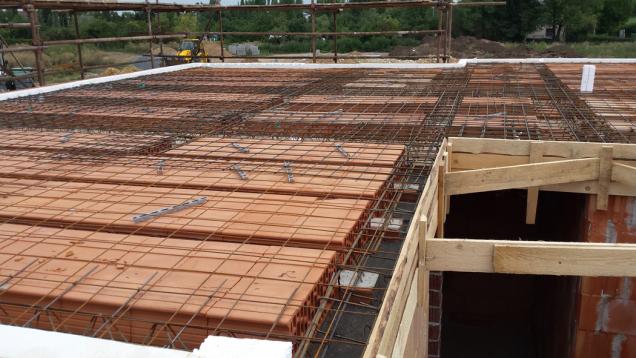 HELUZ MIAKO, zhotovení stropu, položení kari sítě (Zdroj: HELUZ)