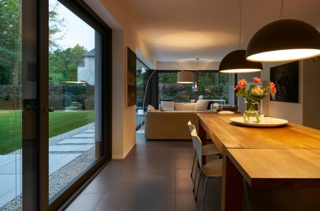 Dvoje posuvné dveře se zdvihem o rozměrech 4,0 m x 2,34 m vedou z obytného a jídelního prostoru v přízemí domu na dvě terasy (Schüco ASS 70). (Zdroj: Schüco CZ, foto: Christian Eblenkamp)