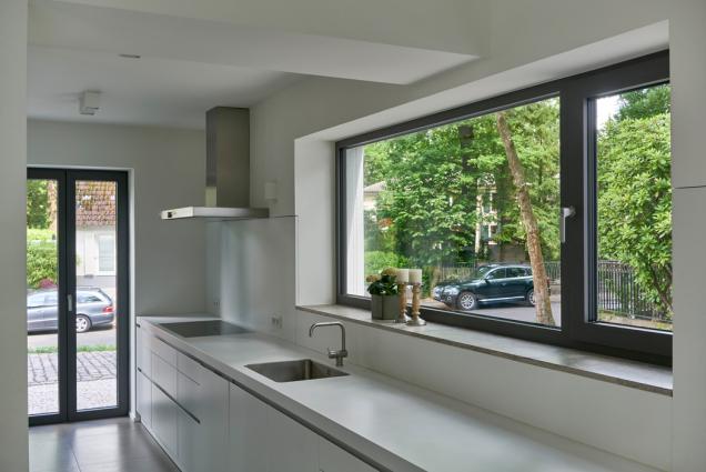 """Barevné schéma podlahy i ostatních povrchů je přizpůsobeno práškovému nátěru okenních profilů v odstínu """"Tiger greybrown"""". (Zdroj: Schüco CZ, foto: Christian Eblenkamp)"""