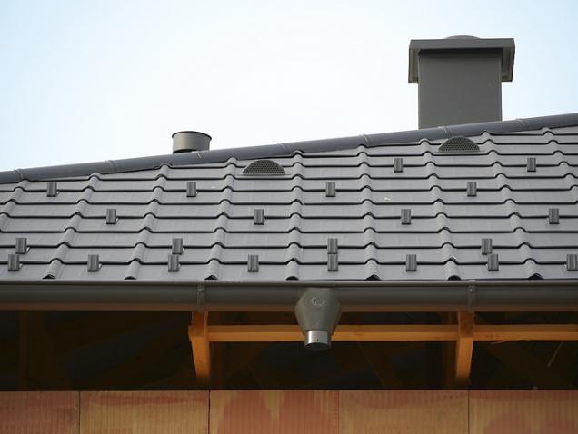 Hliníkové střešní komponenty jsou prakticky bezúdržbové. Díky maloformátovým taškám adalším prvkům lze snadno acenově výhodně sanovat také neporušené starší krovy (PREFA)