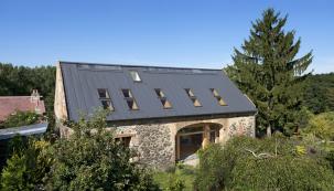 Střešní krytina Rapid vprovedení Alumat váží asi 2 kg/m2, zocelového plechu je to asi 4,3kg/m2. Střecha získá díky provedení aširoké paletě povrchových úprav efektní vzhled (SATJAM)